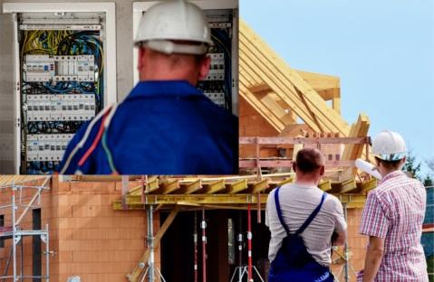 Kobieta buduje poradnik dla osób budujących dom