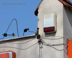 Brak odstępu izolacyjnego pomiędzy instalacją odgromową a innymi przewodzącymi elementami