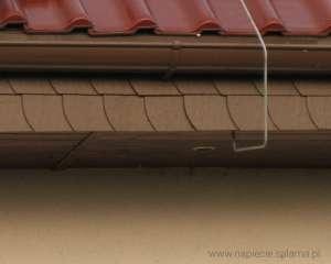 Brak odstępu izolacyjnego pomiędzy instalacją odgromową a oświetleniem podbitki