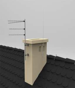 Iglica kominowa zamontowana w sposób zapewniający bezpieczny odstęp izolacyjny