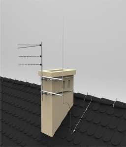 Brak odstępu izolacyjnego pomiędzy instalacje odgromową a obejmami mocującymi maszt antenowy