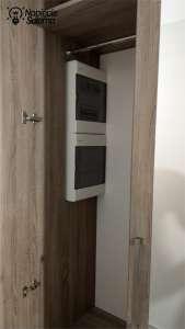 Skrzynka elektryczna ukryta w szafie