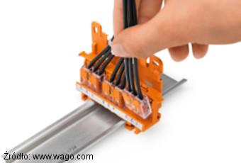 Szybkozłączki serii 221 mocowane do szyny TS35 za pomocą adaptera 221-500 i płytki 222-505