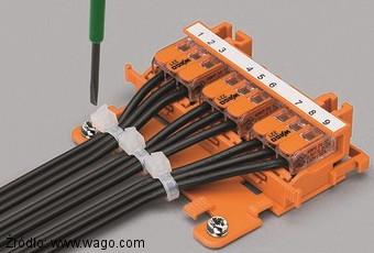 Szybkozłączki Wago serii 221 zamocowane do płyty za pomocą adaptera 221-500 i płytki 222-505