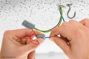 W jaki sposób zdjąć szybkozłączkę oświetleniową Wago z przewodu?